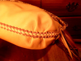 This picture shows the pleats in the bottom corners of this bag. Those pleats add the third dimension to this bag.